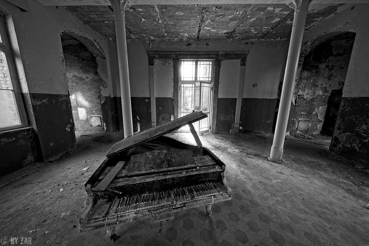 Beelitz Heilstätten - Badehaus, Eingangsbereich mit Klavier